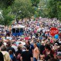 huye de la multitud