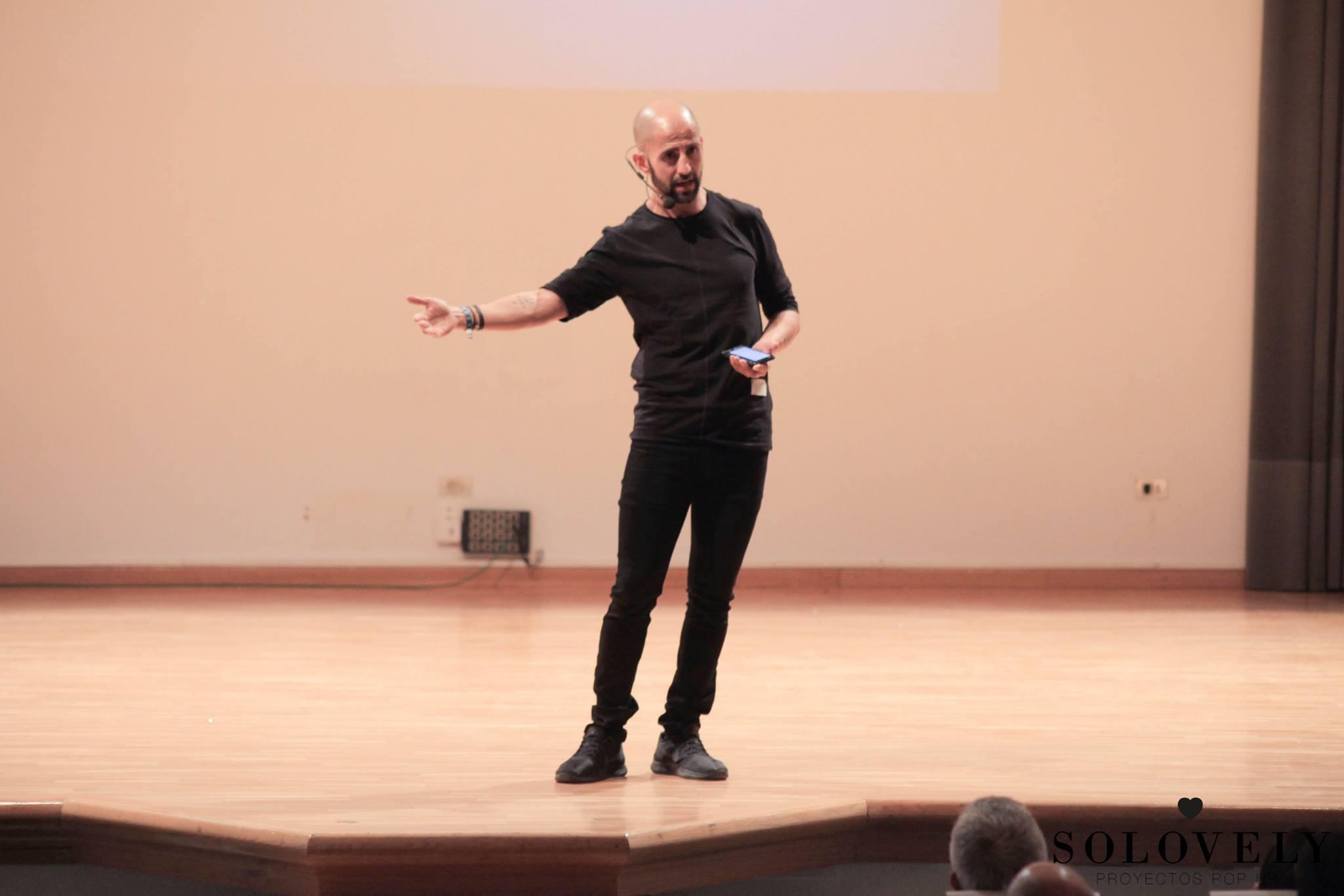 cómo hablar en público de forma poderosa: 5 trucos - Isra García