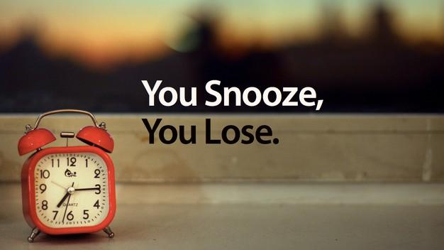 levántate, despierta, sal de la cama, no apagues el despertado